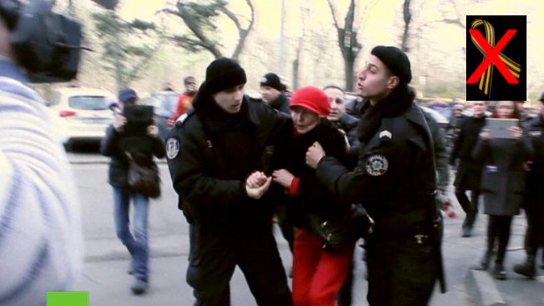 Frau wird festgenommen. Sie soll sich geweigert haben, das Sankt-Georgs-Band abzulegen.