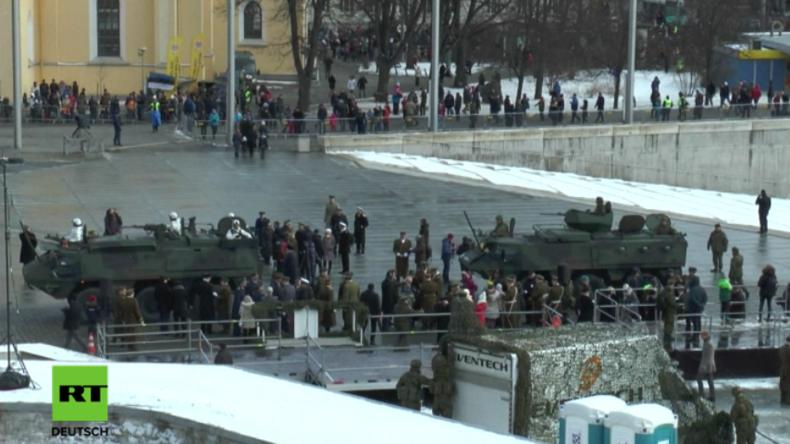 Militärfahrzeuge bei NATO-Militärparade in Tallinn.