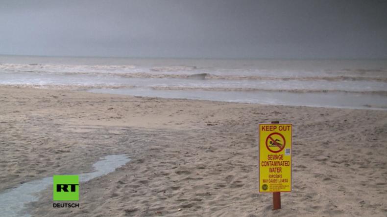 Strand gesperrt wegen Verschmutzung durch Abwasser.