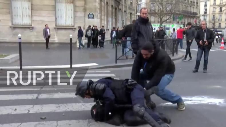 Protestler wird bei Protest in Paris festgenommen.
