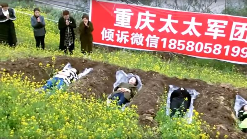 """Frisch getrennte chinesische Frauen suchen Trost in """"Grab-Therapie"""" [VIDEO]"""