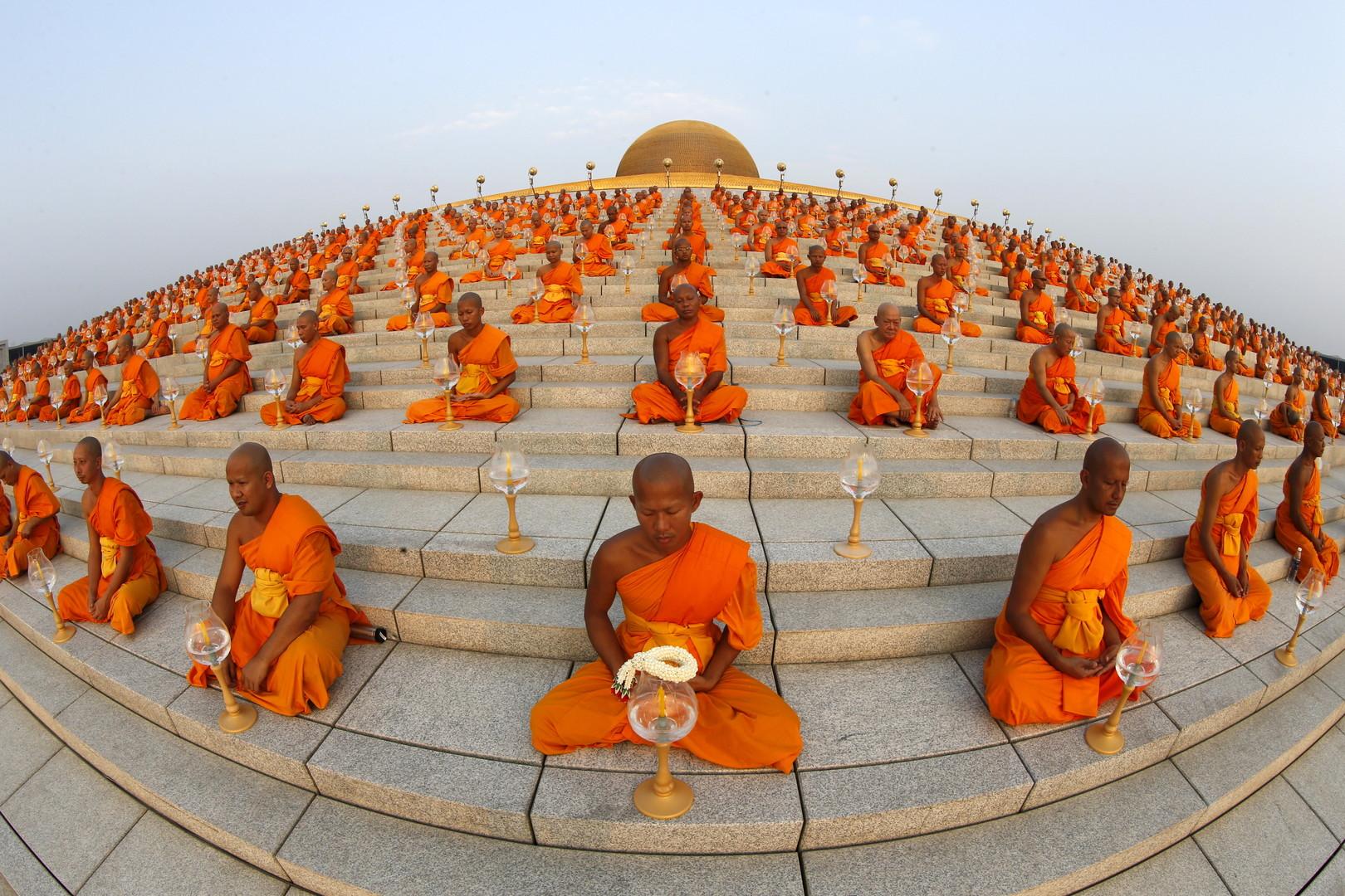 Auf der Kuppel des Wat Phra Dhammakaya befinden sich 300.000 goldene Buddha-Statuen. Sie ist umgeben von einer Plattform für Meditation. Im Inneren des Tempels befinden sich außerdem noch weitere 700.000 goldene Statuetten.
