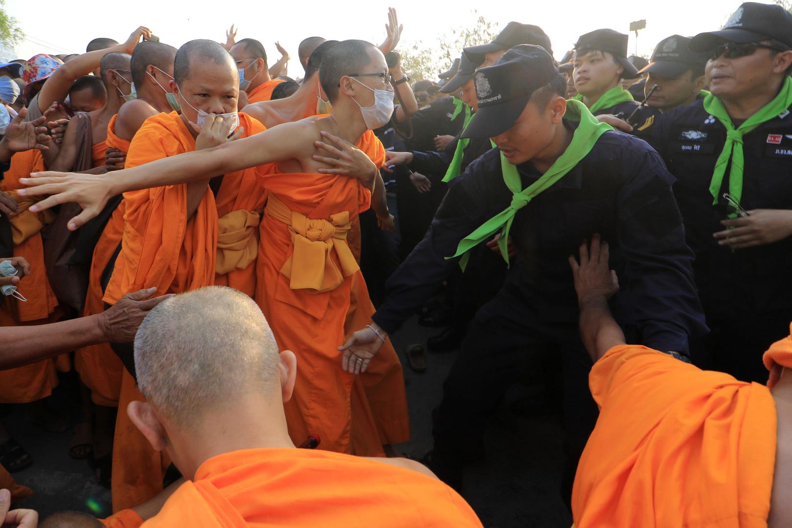 Die Polizei glaubt, dass Phra Dhammachayo  sich in der Nähe des Tempels aufhält.