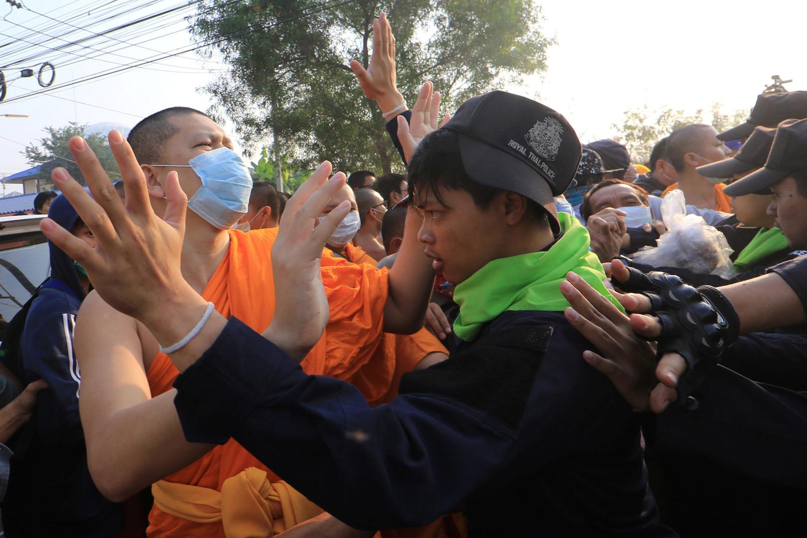 Die Behörden beabsichtigen, die Wasser- und Stromversorgung für das Gebiet des Tempels zu kappen, um den Widerstand zu brechen.