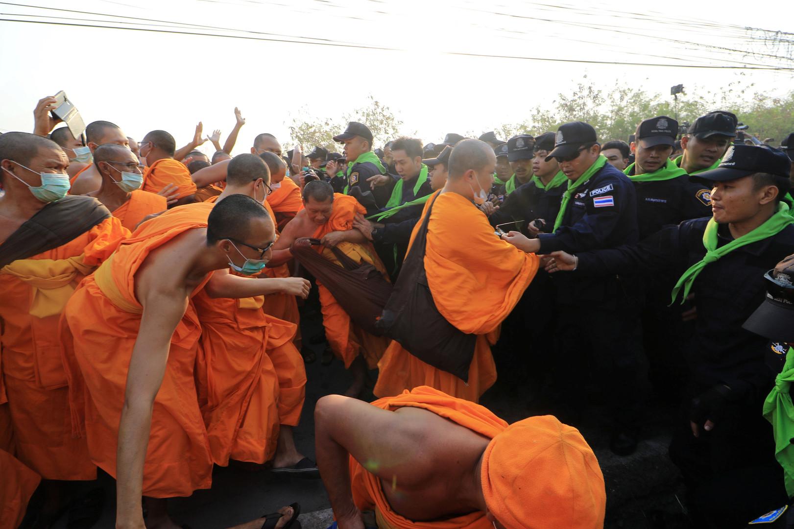 In der Auseinandersetzung zwischen der Polizei und den Mönchen wurde eine 54 Jahre alte Frau verletzt. Sie ist versehentlich in das Handgemenge geraten.