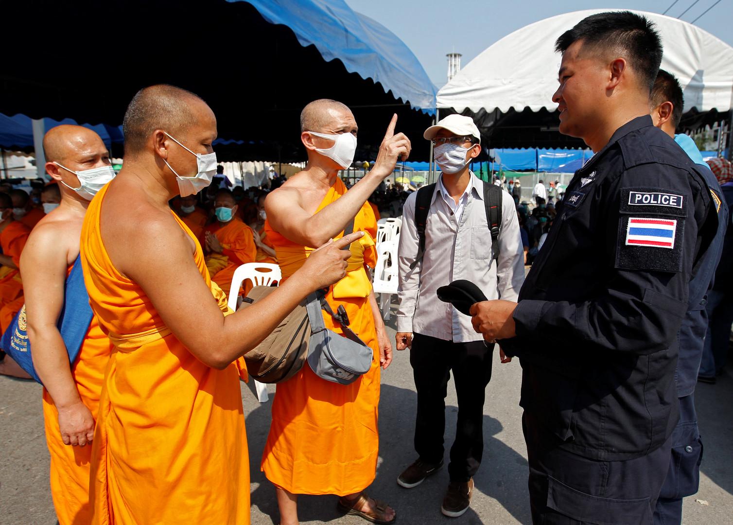 Die Durchsuchungen haben keine Ergebnisse erzielt und die Polizei hat das Tempelgelände umstellt, um den Gläubigen den Zutritt zu verwehren. Menschen aus dem ganzen Land strömen zum Wat Phra Dhammakaya, um die Mönche zu schützen.