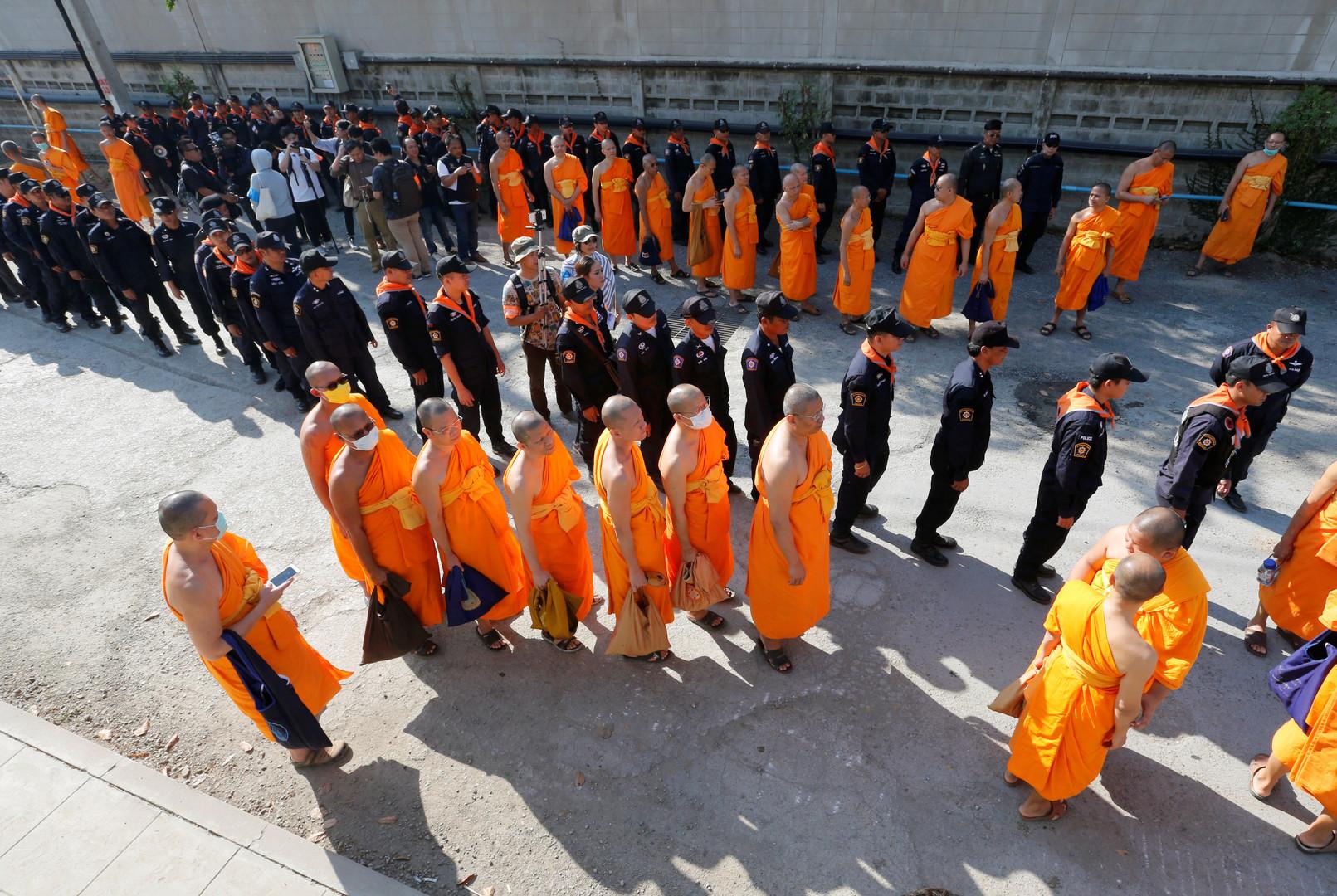Tausende von Polizisten durchsuchten das Tempelgelände zwei Tage lang und versuchten, den Abt der Bewegung Phra Dhammachayo  zu verhaften.