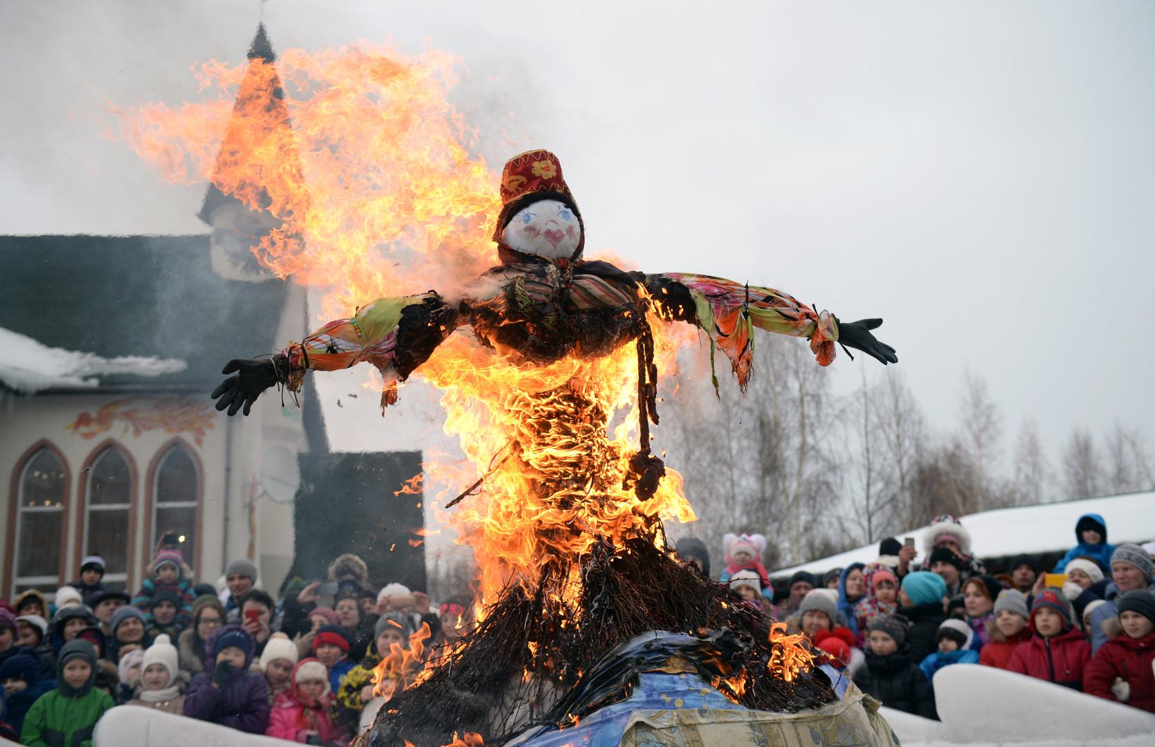 Am letzten Tag der Masleniza-Woche wird eine Winter-Puppe verbrannt. Jekaterinburg