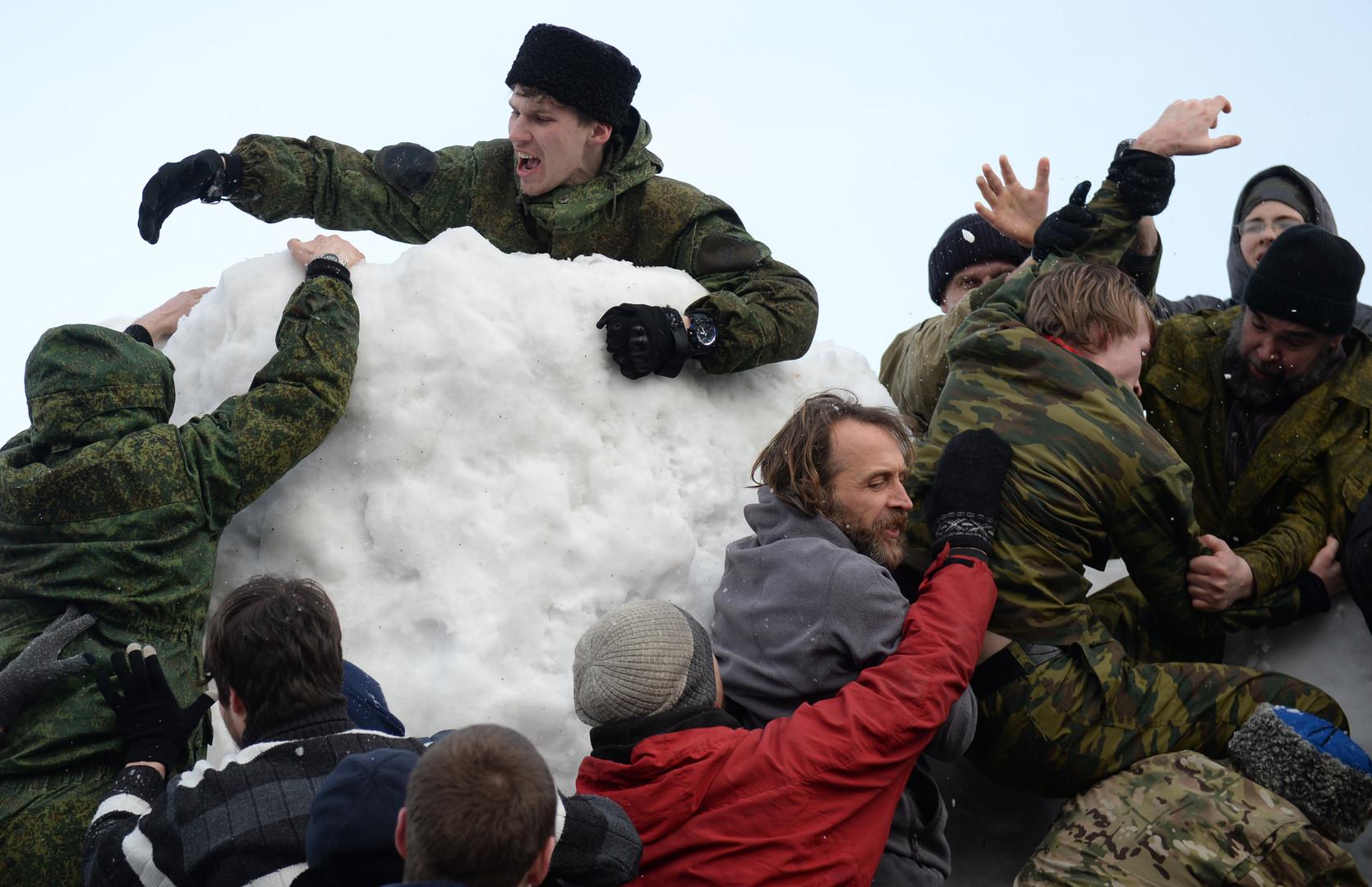 Ein beliebter Zeitvertreib ist auch der Sturm von Schneeburgen. Jekaterinburg