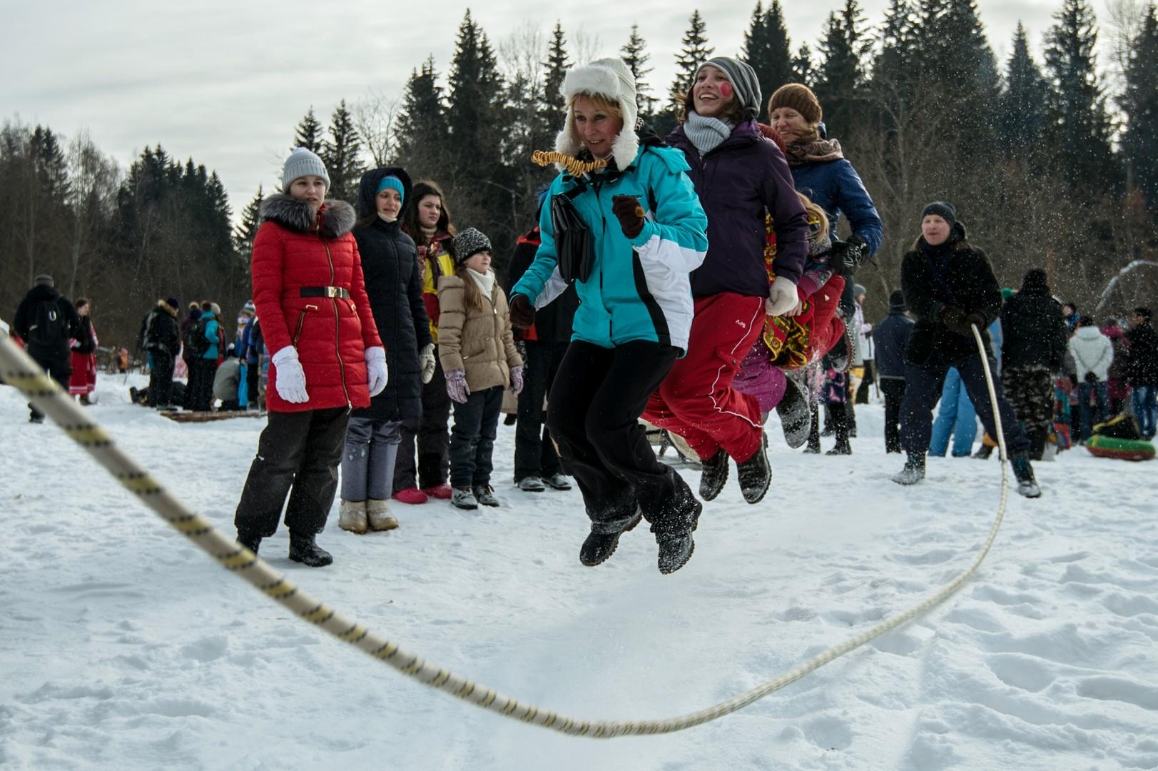 Seilspringen ist lustiger, wenn man zu viert springt. Gebiet Moskau