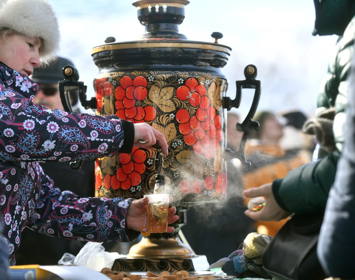 Wenn's zu kalt wird, kommt heißer Tee sehr gelegen. Gebiet Moskau
