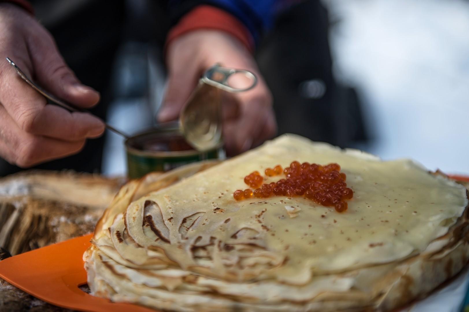 Das traditionelle Gericht Bliny wird tonnenweise verzehrt. Gebiet Moskau