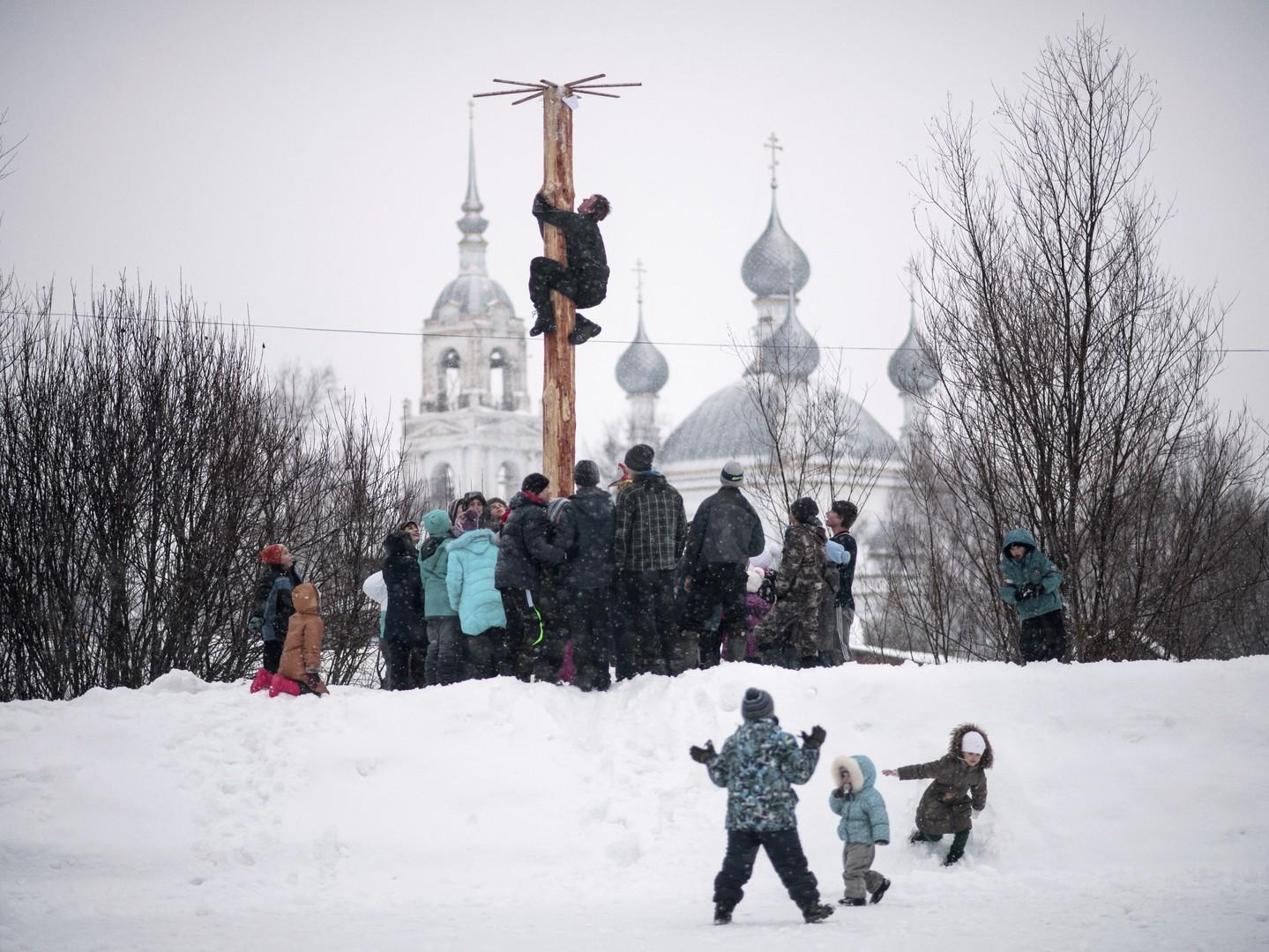 """Auf einen """"Maibaum"""" kann man auch im Februar klettern. Gebiet Jaroslawl"""