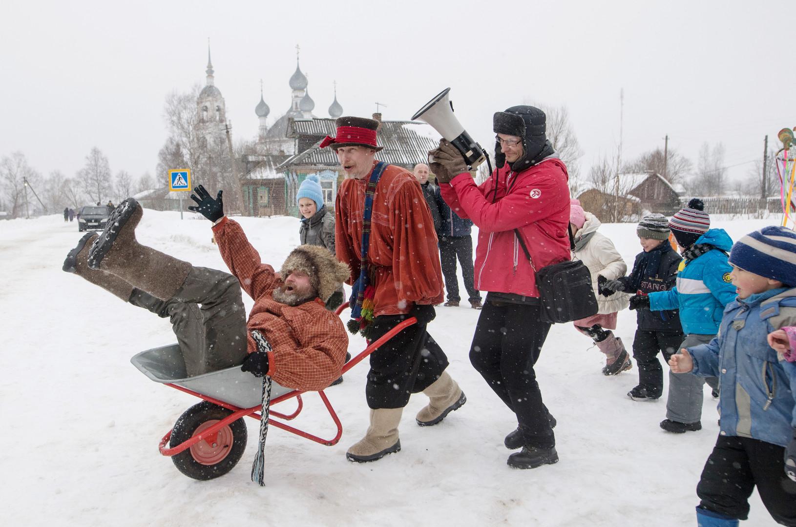Schubkarrenfahren: Langsam, aber lustig. Gebiet Jaroslawl
