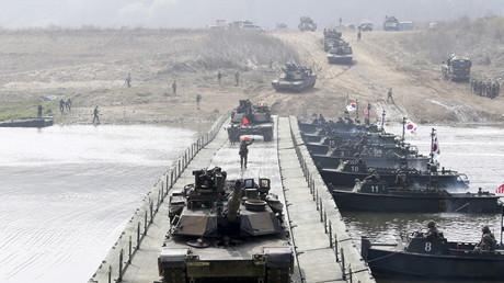 U.S. Army Panzer vom Typ M1A2 überqueren eine Pontonbrücke im Rahmen eines gemeinsamen  Manövers mit südkoreanischen Soldaten in der Nähe des demilitarisierten Grenzgebietes Yeoncheon.