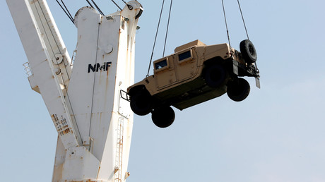 Hafenarbeiter entladen einen Humvee in Beirut, August 2016.
