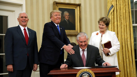 Der amerikanische Präsident Donald Trump klopft seinem zukünftigen Außenminister  auf die Schulter: Rex Tillerson wurde mit dem historisch knappsten Ergebnis vom Kongress angenommen. Rechts seine Frau, Renda St. Clair und Vize-Präsident Mike Pennce im Oval Office des Weißen Hauses, 1. Februar 2017.