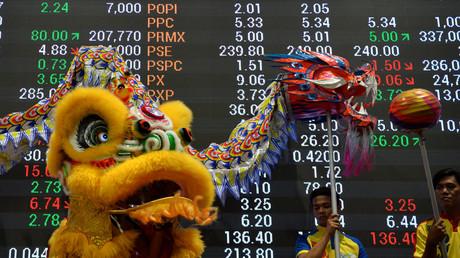 Löwen- und Drachentänzer läuten das neue chinesische Jahr des Hahnes ein.