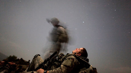 US-Soldat während einer Nachtmission in der Nähe des Honaker Miracle Camp im Pesh-Tal der Provinz Kunar, Afghanistan.