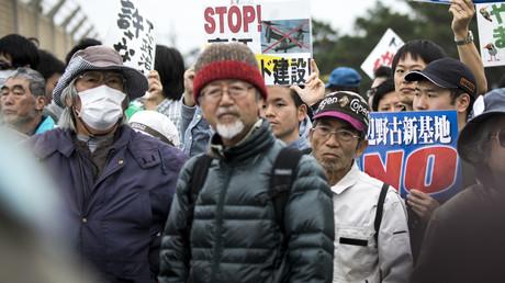 Proteste gegen den US-Stützpunkt vor dem Marine-Camp Schwab richten sich gegen die Erweiterung des Luftwaffenstützpunktes in Nago, Okinawa, 1. Februar 2017.