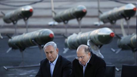 Der israelische Premierminister Benjamin Netanjahu und Verteidigungsminister Moshe Yaalon vor konfiszierten iranischen M302 Raketen, die aus dem Iran stammen und an Militante in Gaza geliefert werden sollten.