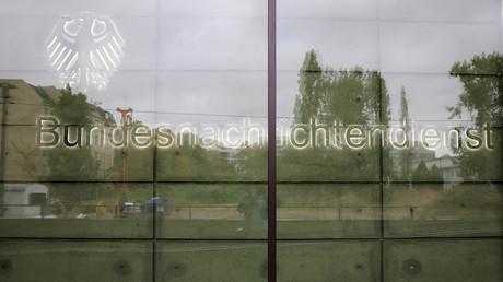 Der Schriftzug des BND am Eingang der Zentrale in Berlin.
