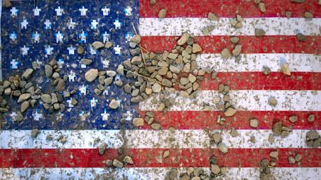 Die US-Flagge mit Steinen übersät während einer Kriegsausstellung der iranischen Revolutionsgarde in Gedenken des Iran-Irak Kriegs (1980-88), Teheran 2011.