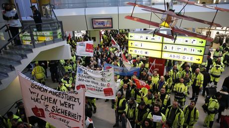 Mitglieder Verdis in der Haupthalle des Flughafen Tegels während eines Warnstreiks, 8. Februar 2017.