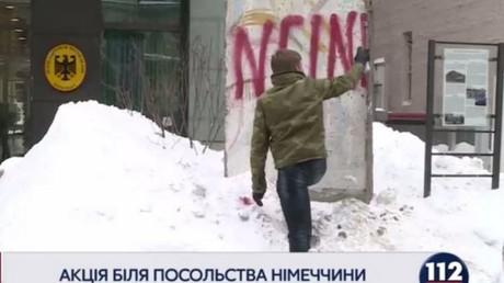 Ukrainischer Parlamentarier bemalt die Berliner Mauer als Protest gegen deutschen Botschafter