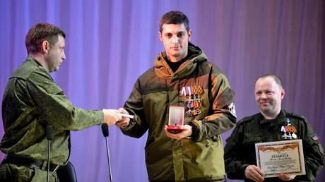 Alexander Sachartschenko übergibt dem Kämpfer mit dem Rufnamen Giwi die höchste Auszeichnung der Volksrepublik den Stern des Helden am 23. Februar 2015. Rechts ist der Verteidigungsminister der selbsternannten Donezker Volksrepublik VRD Wladimir Kononow.
