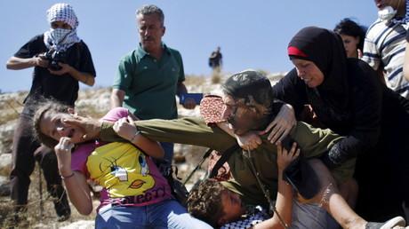 Palästinensische Demonstranten gegen die israelische Siedlungspolitik in der Nähe von Ramallah rangeln mit israelischem Soldaten, 28. August 2015