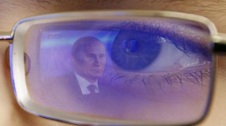 Die Reflektion Vladimir Putins in der Brille eines Kadetten während einer jährlichen Nachrichtenkonferenz im Fernsehen, Rostov-on-Don, 20. Dezember 2012.