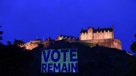 Das illuminierte Schloss von Edinburgh mit einem Schild, dass zum Verbleib in der EU aufruft, 21. Juni 2016.