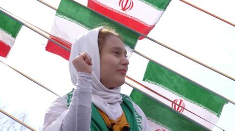 Eine junge Iranerin während der Feierlichkeiten in Erinnerung an die islamische Revolution, 11. Februar 2016, Teheran.