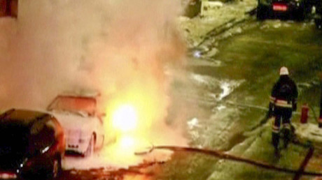 Ein schwedischer Feuerwehrmann versucht ein brennendes Auto in Stockholm zu löschen. Bild aus Reuters-Video, 11. Dezember 2010.