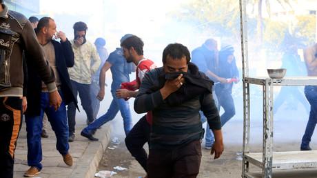 Irakische Polizisten setzen gegen Demonstranten in Bagdad Tränengas ein