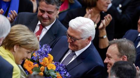 Frank-Walter Steinmeier nimmt die ersten Glückwünsche entgegen.