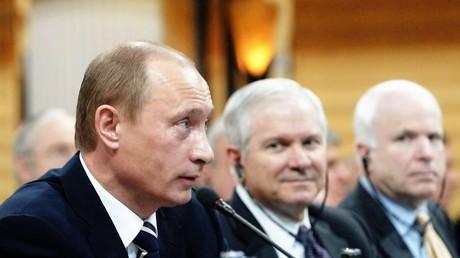 Russischer Präsident Wladimir Putin und seine Visavis: US-Verteidigungsminister Robert Gates und US-Senator John McCain am 11. Februar 2007 in München im Hotel Bayerischer Hof während der 43. Münchner Sicherheitskonferenz.