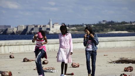 Kubanische Mädchen laufen während Filmarbeiten über die Szenerie zum Horrorfilm
