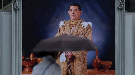 Eine Frau passiert ein Porträt des thailändischen Königs Maha Vajiralongkorn Bodindradebayavarangkun in Bangkok, Thailand, 13. Januar 2017.