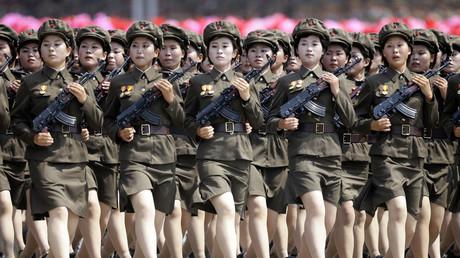 Nordkoreanische Soldatinnen marschieren gemeinsam während einer Parade auf dem Kim-Il-Sung Platz in Pjöngjang,  27. Juli 2013.