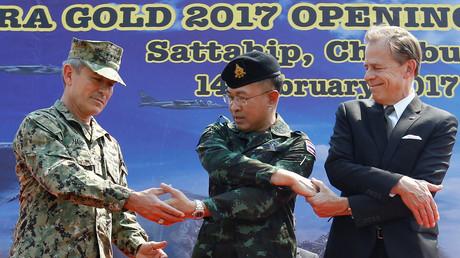 US-Admiral Harry Harris, Kommandant des Pazifikkommandos (links); der thailändische General der Streitkräfte, Surapong Suwana-Adth (Mitte) mit dem US-Botschafter in Thailand, Glyn Davies, während der Eröffnungszeremonie der