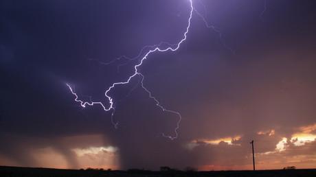 Penisförmiger Sturm über Australien von Satelliten erwischt (Illustration)