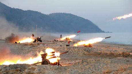 Nordkoreanische KPA-Einheiten starten Raketen von MLRS-Geschosswerfern. Pjöngjang, 12. Dezember 2016.