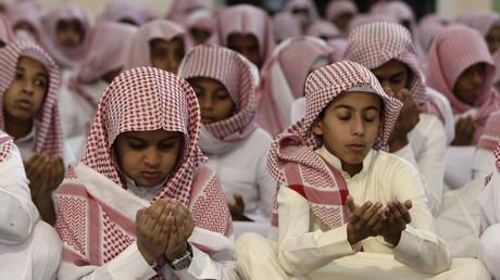 Auf Anordnung des saudi-arabischen Königs Abdullah bin Abdul-Aziz beten die Kinder für Regen, Saudi-Arabien, 5. April 2010.