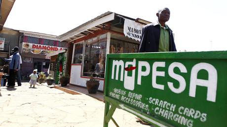 Ein Werbeschild für das mobile Bezahlsystem M-Pesa in Nairobi, Kenia.