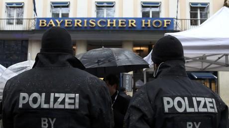 Polizisten vor dem Hotel