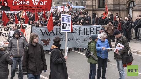 Mit einiger Verzögerung startete die Demonstration gegen die Sicherheitskonferenz am Nachmittag zum Hotel Bayrischer Hof.