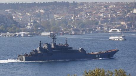 Russisches Kriegsschiff segelt auf dem Weg ins Mittelmeer durch den Bosporus