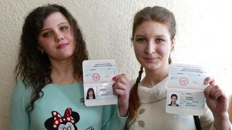 Mädchen zeigen ihre ersten Ausweise. Diese hat das Standesamt der Donezker Volksrepublik am 16. März 2016 ausgestellt.
